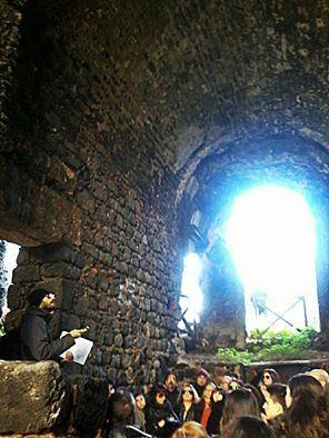 Catania subterrânea  Dois passeios incomuns através dos restos de antigos banhos termais, aquedutos, fontes e rios subterrâneos.  #sicília #viagem #feriado #cultura #História #ecoturismo #catania #vinho #excursão #unaltrasicilia #etna #degustação