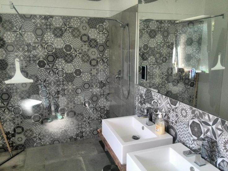 Stylisches, modernes Bad mit schwarz-weißer Muster-Wand und großer Dusche mit Glaswand! #WG #Oldenburg
