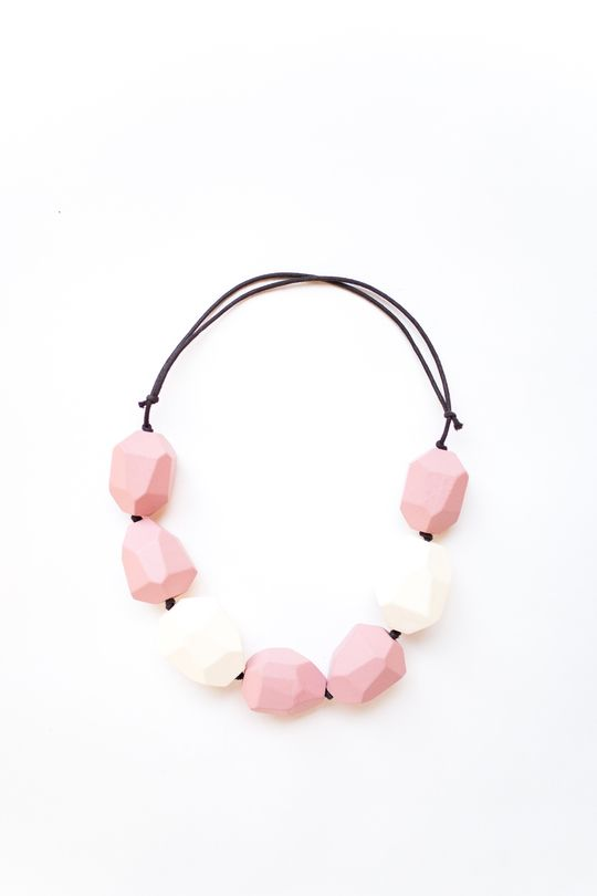 Ожерелье BLING BLACK деревянное с бусинами бело-розового цвета, вид спереди - эксклюзивно от Неповторимых