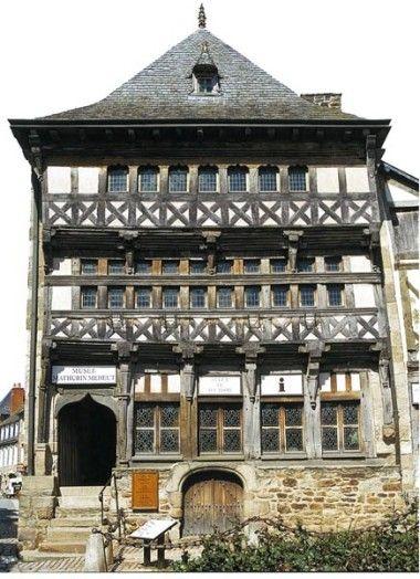 Musée Mathurin-Méheut - Place du Martray, Lamballe, France - Inscrit MH : 1909 et1964  Datation XVe siècle    Le musée Mathurin Méheut à Lamballe est un