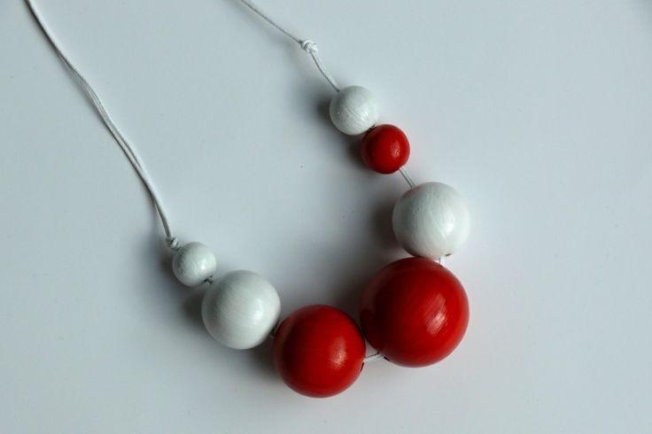 Korále+velké+červeno-bílé+Dřevěné+korále+natřené+akrylovými+barvami+ve+velikosti+35+mm,+30+mm,+25+mm,+16+mm+a+14+mm.+Náhrdelník+má+celkem+7+korálky+v+různých+velikostech.+Korálky+jsou+navlečené+na+bavlněné+voskované+šňůrce+a+mají+volný+konec,+takže+si+každý+může+určit+délku+sám.+Lze+nosit+na+dlouho+nebo+na+krátko+úplně+ke+krku.