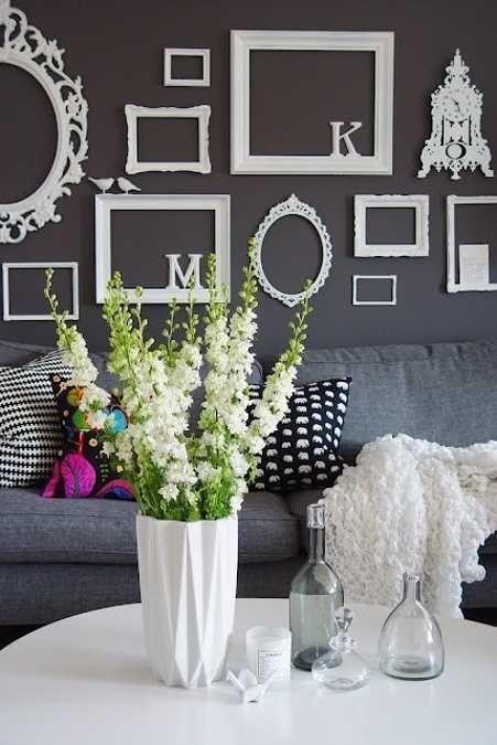 parede preta com molduras vazias em branco