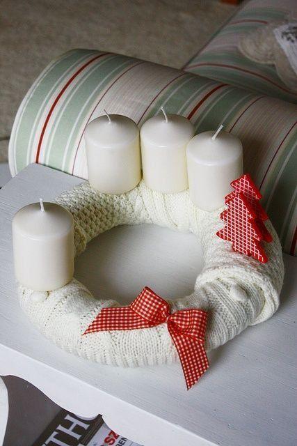 """Ha tél, akkor kötött pulcsi, kötött sál, kötött díszpárna és kötött koszorú. Ha nincs kötött pulcsis párnád, akkor <a href=""""http://www.nlcafe.hu/otthon/20131031/pulcsi-parna-csinald-magad-varras/"""