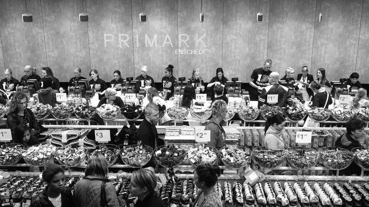 La chaîne de vêtements et de textile Primark ouvre de plus en plus de boutiques en France. La marque est réputée pour le bas coût de ses produits. Elle a aussi été sous le feux des projecteurs lors de l'effondrement de l'usine textile du Rana Plaza, au Bangladesh, qui a fait plus d'un millier de morts. Moins connues sont les conditions de travail de ces vendeurs, ici, en France. Le magazine professionnel du secteur Boutique2Mode a récolté les témoignages d'employés à travers ...