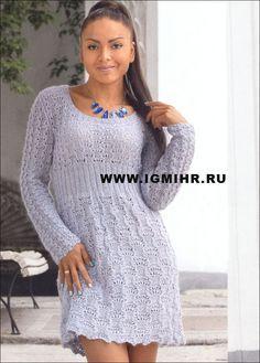 Женственное серое платье с узорами из ажуров и дорожек. Спицы