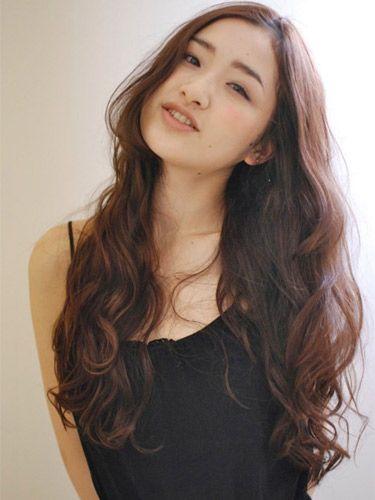 黒髪ロングヘアーのパーマスタイルで新しいわたしを演出|MERY [メリー]