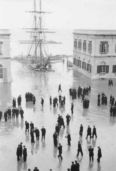 Federico Patellani, Accademia navale di Livorno. Piazza d'armi - cadetti - brigantino interrato