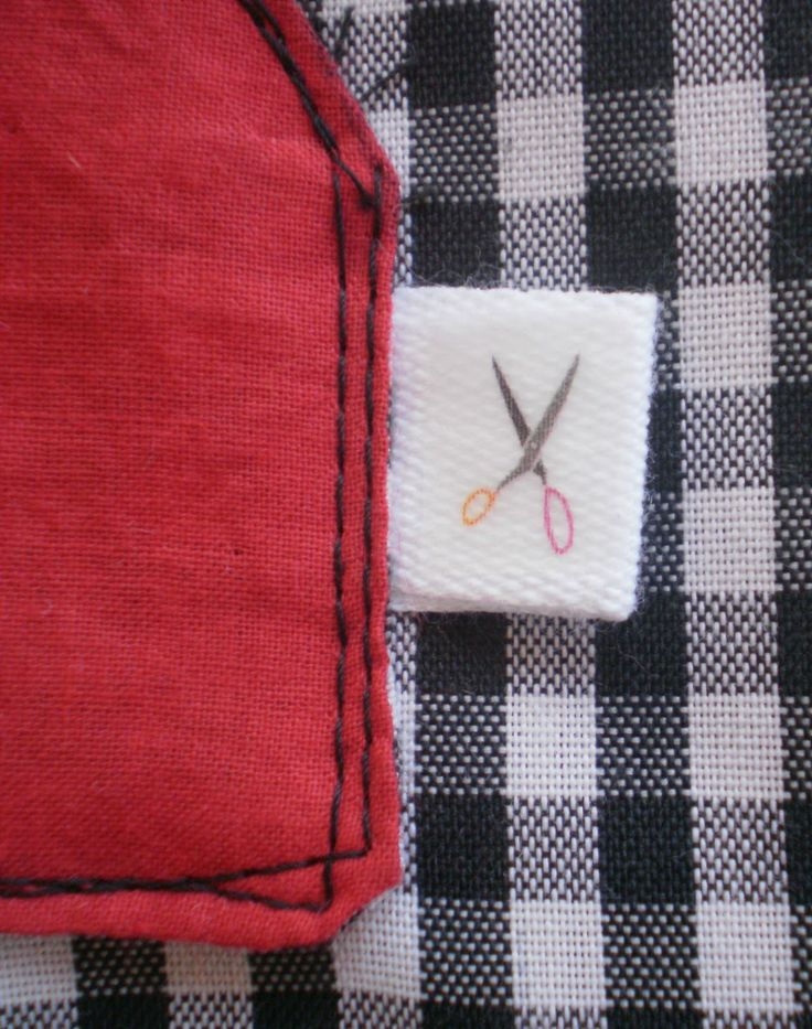 Para hacer una ranita  necesitáis 1/2 metro de tela, un retal de tela coordinada para el bolsillo y las vistas, 2 snaps, 3 corchet...