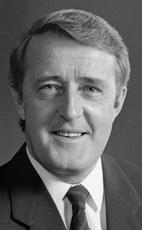 MULRONEY, Le très hon. Martin Brian, C.P., C.C., G.O.Q., B.A., LL.L. (1939-    ) 18e Premier ministre du Canada (1984-1988 & 1988-1993) - Monarque: Elizabeth II. Annulation du Programme énergétique national; Accord du lac Meech;Accord de libre-échange canado-américain;Intro de la TPS;Accord de Charlottetown;Guerre du Golfe;Tuerie de l'École poly technique de Montréal;Crise d'Oka; Cnd Environmental Protection Act; Accord de libre-échange nord-américain.   Né au Québec