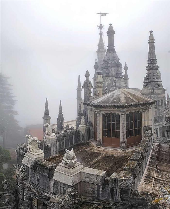 Quinta da Regaleira  Torres góticas, gárgulas e mistério.