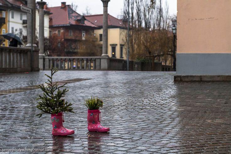 Дождливая Любляна, не захотевшая меня выпускать из своих объятий… http://kleinburd.ru/news/dozhdlivaya-lyublyana-ne-zaxotevshaya-menya-vypuskat-iz-svoix-obyatij/  В этот день по Любляне — столице Словении — никто не гулял. На улице практически не было туристов. Продавцы в одиночестве скучали в своих магазинчиках. Город накрыл ливень. Он начался еще предыдущим вечером, не останавливался всю ночь, а утром еще и усилился. Знакомиться с городом под дождем весьма затруднительно, делать фотографии…