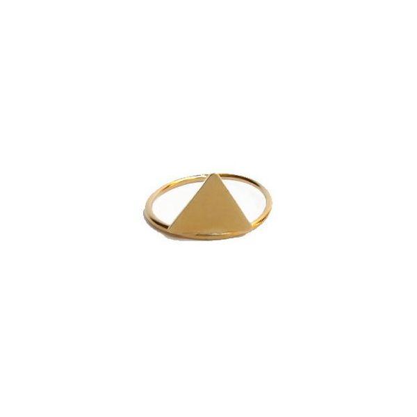 Anillo dorado con triángulo en el centro. Es de latón bañado en oro.
