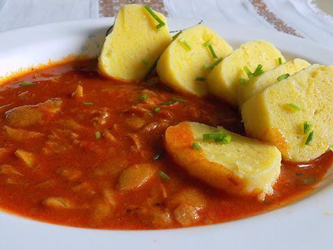 Kytičkový den -Omáčka z hlívy s bramborovým knedlíkem. Na oleji orestovat cibuli, přidat na nudličky nakrájenou hlívu, osolit, opepřit, trošku okmínovat, přidat sladkou papriku, promíchat, zalít vodou, přidat jeden zeleninový bujón a podusit doměkka. nakonec zahustit celozrnnou moukou. Bramborový knedlík. 3 kusy brambor uvařených ve slupce, oloupat, najemno nastrouhat, přidat žloutek, pár kapek octa a polohrubou mouku, sůl. Vypracovat nelepivé těsto, vyválet 2 menší knedlíky, vařit cca 17 mi