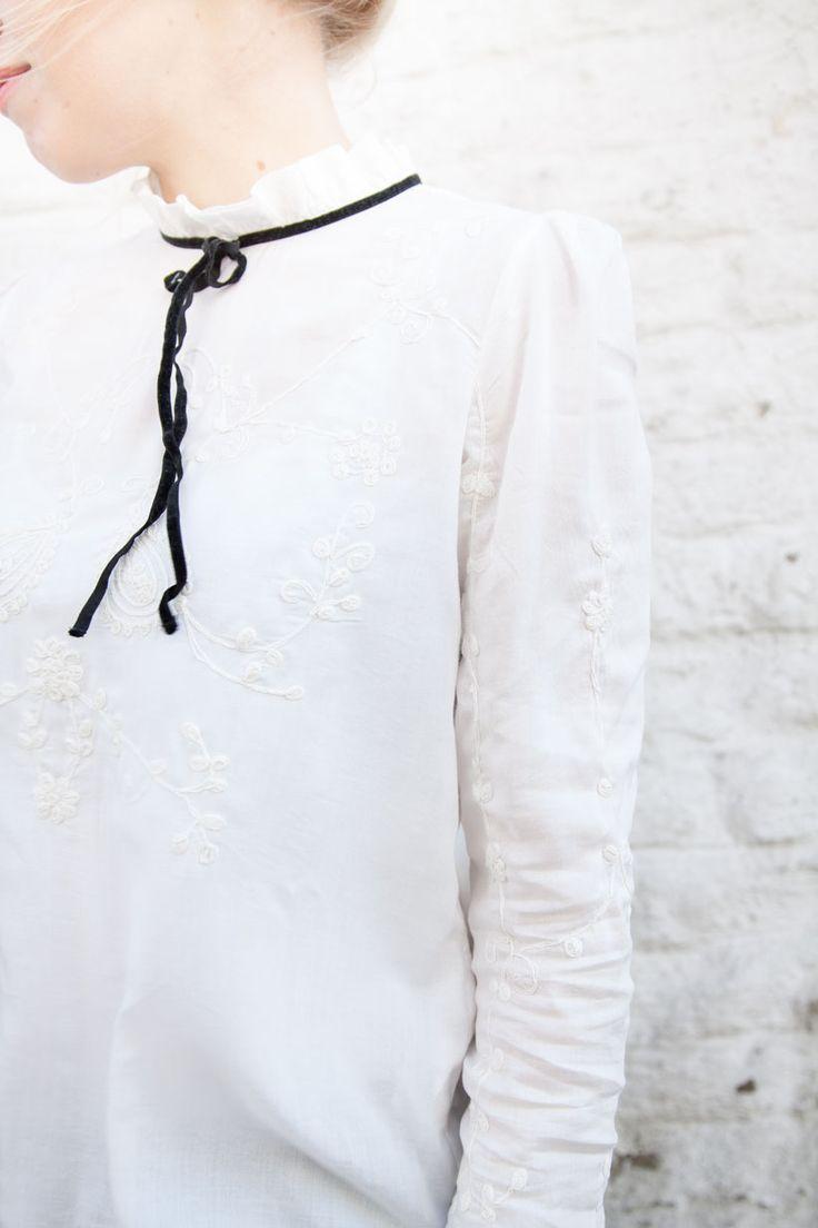Outfit, Blogger, Frühling, Bauernbluse, Bluse, Zara, Stickerein, Stehkragen, Schleife, Blond, weiß, Outfitinspiration, Sprin, OOTD, Fashion, Fashionblogger, white, blouse
