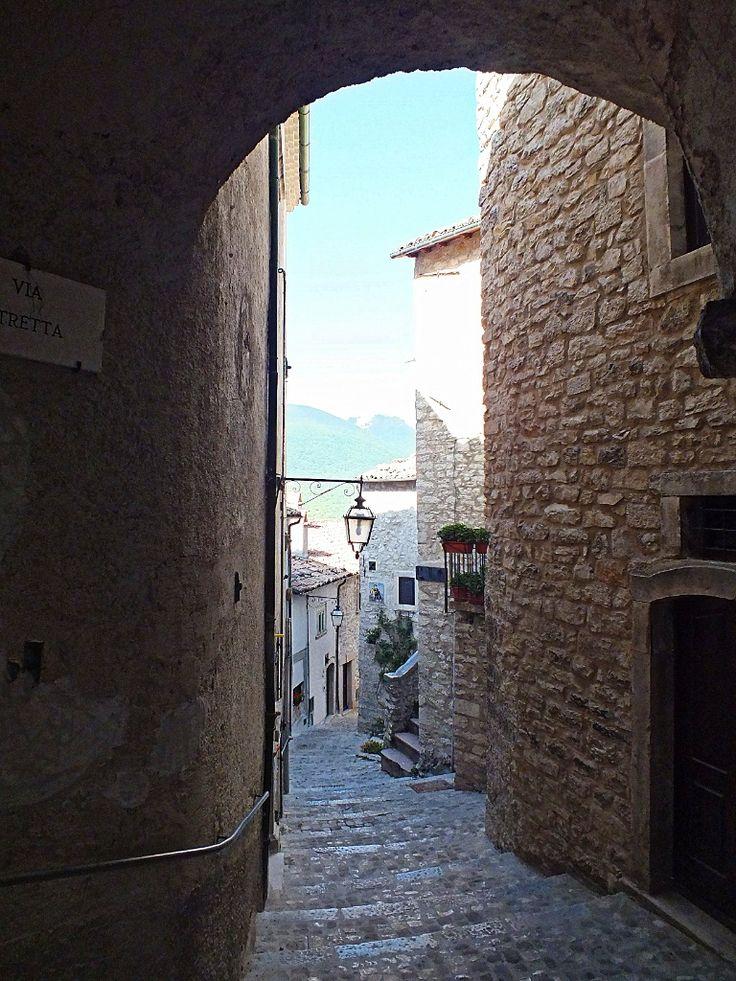 Alley beyond the arch, Barrea AQ, Italy (© Luigi Gallo)