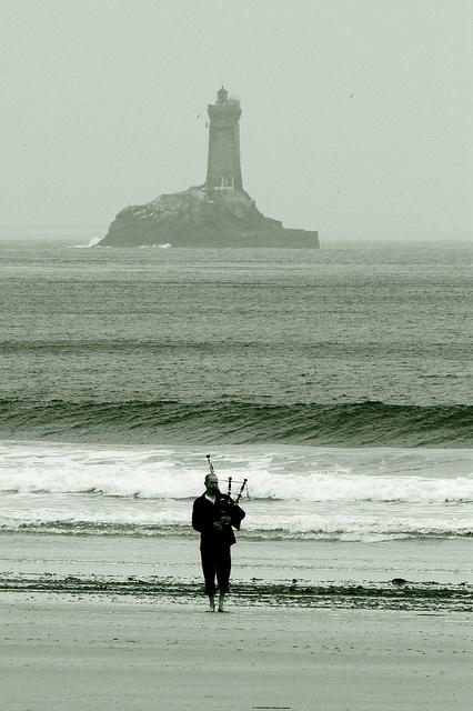 La vieille et un joueur de cornemuse   Finistère Bretagne