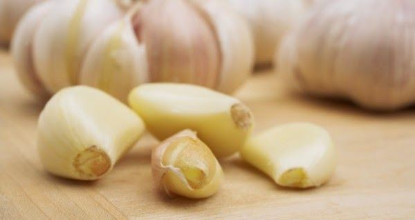 See What Happens When You Eat Garlic On an Empty Stomach | RiseEarth