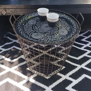Leuk tafeltje gemaakt voor in de tuin van een dienblad en een draadmand, allebei van de Action. Hoe leuk is dat (én goedkoop )