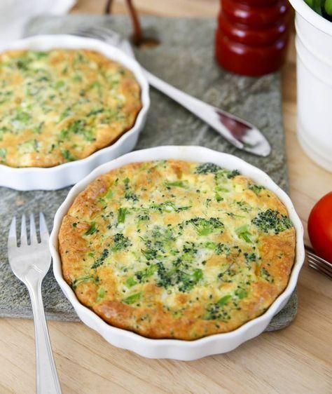 Broccolipaj utan pajskal - god och enkel sommarlunch! Avokado- och tomatsallad till ger mer mättnad.