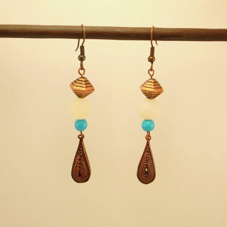 Boucles d'oreilles goutte et hexagone en métal cuivré, agate veine de dragon blanc givré et perle de verre turquoise : Boucles d'oreille par geb-et-nout