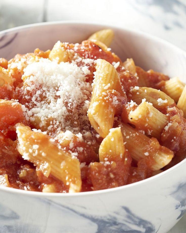 Dé perfecte pasta voor wie van wat pit houdt. Deze eenvoudige saus smaakt heerlijk af en kan je uiteraard zo pikant maken als je zelf wilt.