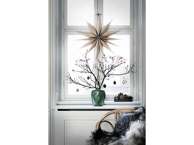 6-Natale-minimal-chic-come-decorare-la-casa-ramo-spoglio-decorazione-finestra