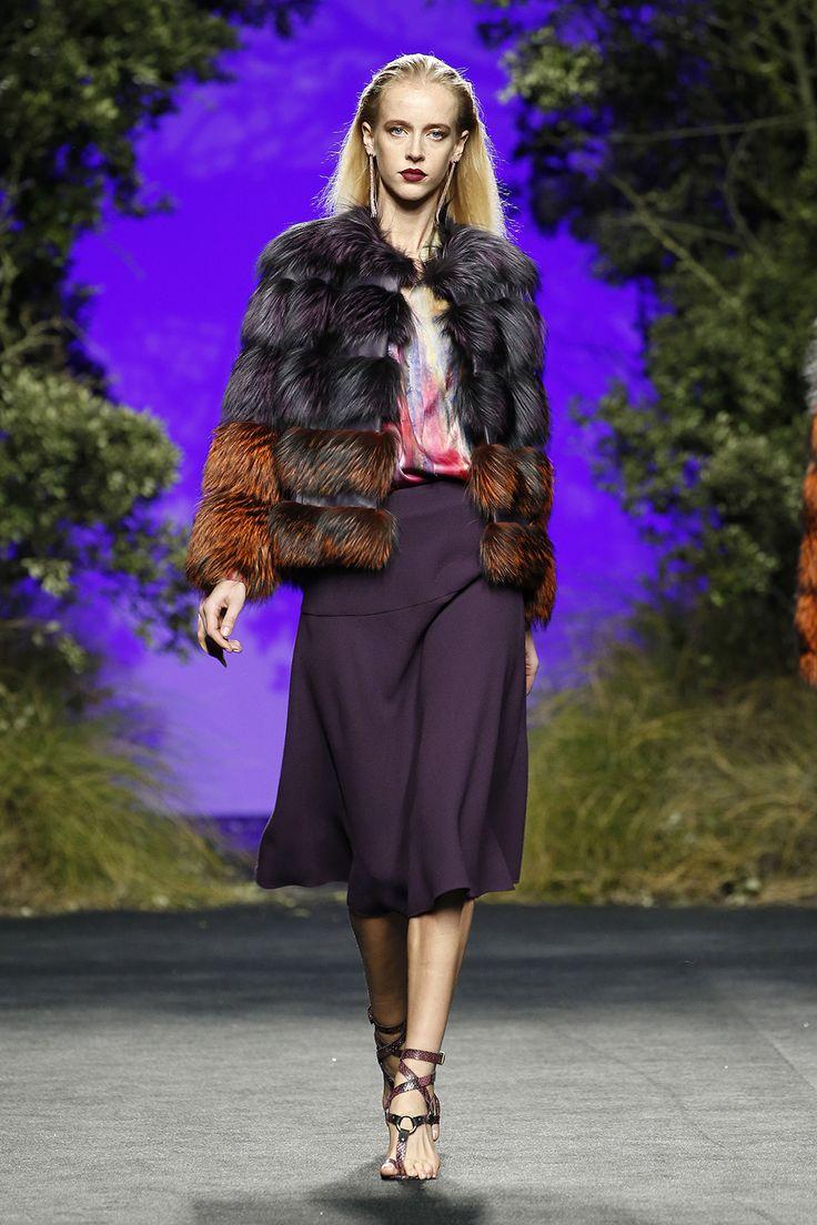 Abrigo de zorro argente morado y naranja Camisa seda multicolor  Falda midi morada crepe de lana