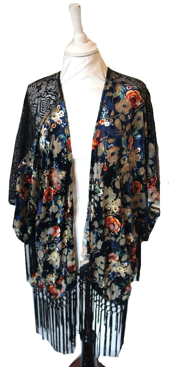 Vintage style 1920s inspired loose kimono velvet jacket. Featuring a vintage inspired floral design and finished with black fringing and lace