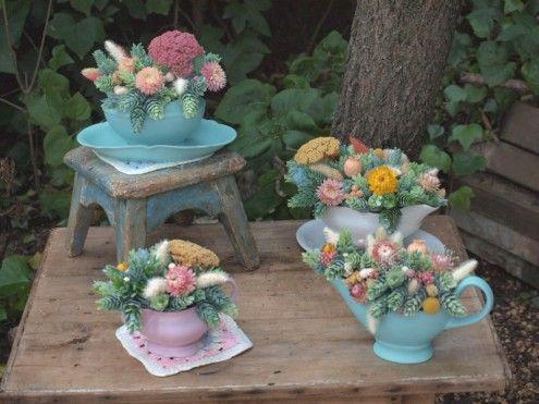Soperas antiguas con flores secas y artificiales