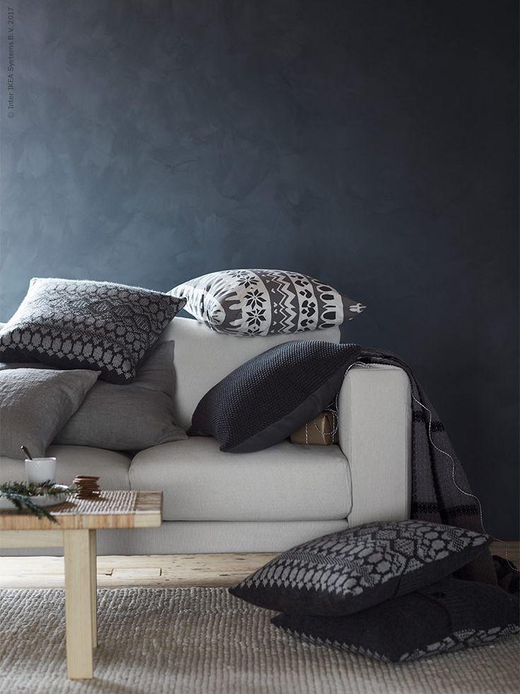 VINTER 2017 kudde, grå stickad,NORSBORG3-sits soffa, Finnsta vit,STOCKHOLM 2017soffbord rotting/ask,IBSKERmatta, handgjord off-white, VINTER 2017 mugg.