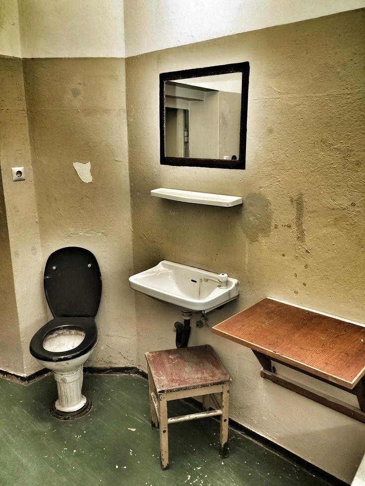 """Innenaufnahme einer Zelle in der ehemaligen Untersuchungshaftanstalt der Stasi in Rostock. Besonderer """"Komfort"""" wie die Toilette kam erst in den 80er Jahren, vorher musste ein Eimer reichen."""