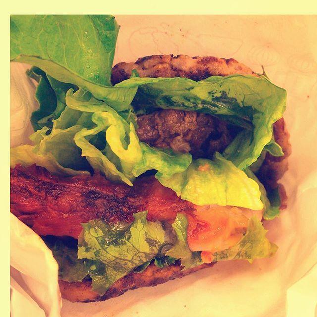 にくにくにくバーガー。今日までのモスバーガー限定メニュー。好評で延長した模様。美味しかったです😎🍔🤙 #にくにくにくバーガー #モスバーガー #mos #mosburger #期間限定 #期間延長 #有吉弘行のダレトク⁉︎ #にくにくしい #にく #肉 #meat #beef #chicken #pork #burger