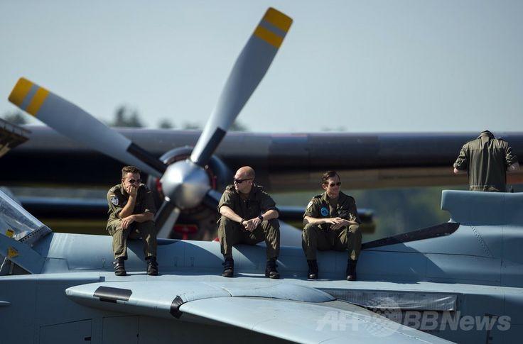 ドイツ・ベルリン(Berlin)で開催のベルリン国際航空宇宙ショー(ILA)で展示された航空機「Tornado」に座るドイツ軍兵士(2014年5月20日撮影)。(c)AFP/JOHANNES EISELE ▼22May2014AFP 電気飛行機や無人機が登場、ベルリン国際航空宇宙ショー http://www.afpbb.com/articles/-/3015614 #ILA_Berlin_Air_Show #Internationale_Luft_und_Raumfahrtausstellung_Berlin #Exhibicion_Aeroespacial_Internacional #Salon_aeronautique_international_de_Berlin #Tornado