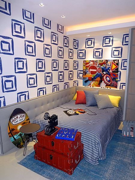 quarto-adolescente-11 muitos itens que os adolescentes gostam e o conforto da faixa acolchoada em torno da cama.