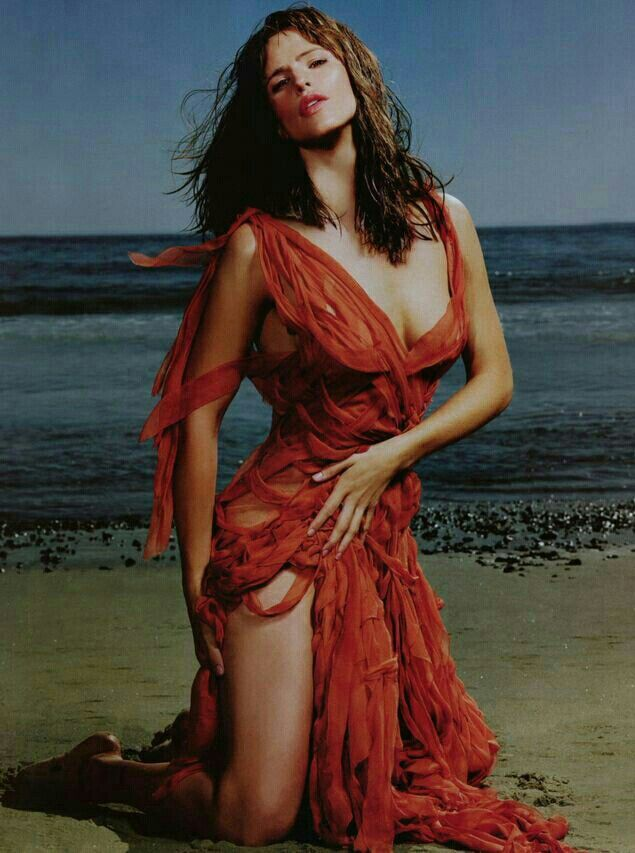 Jennifer garner enjoys beach day after flaunting bikini body pics