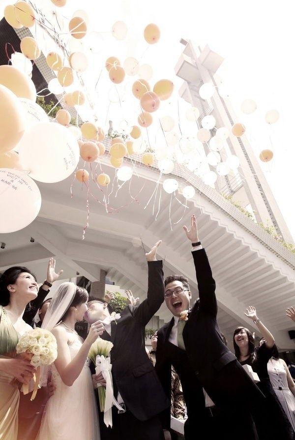 La alegría de los buenos deseos. Una suelta de globos que tiene al padrino de bodas muy entusiasmado.