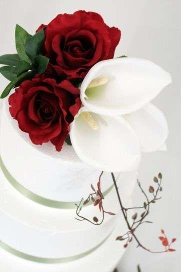 pastel-de-boda-blanco-con-rosas-blancas-y-rojas.jpg (362×544)