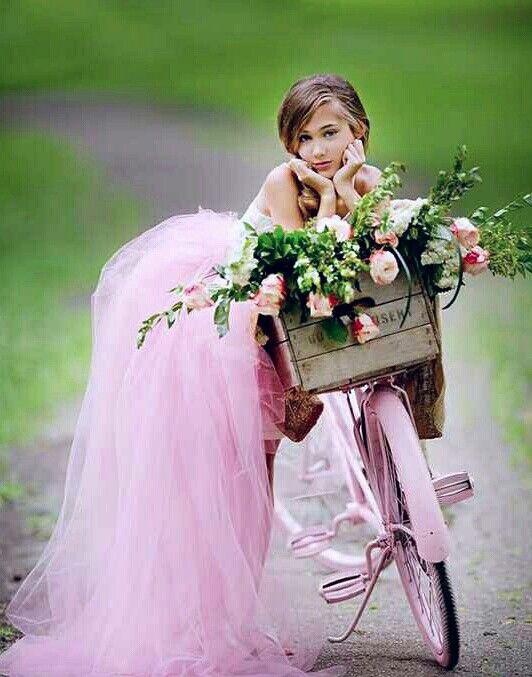 Pretty pose with pink bike ピンクの自転車に乗ってかわいらしいポーズ