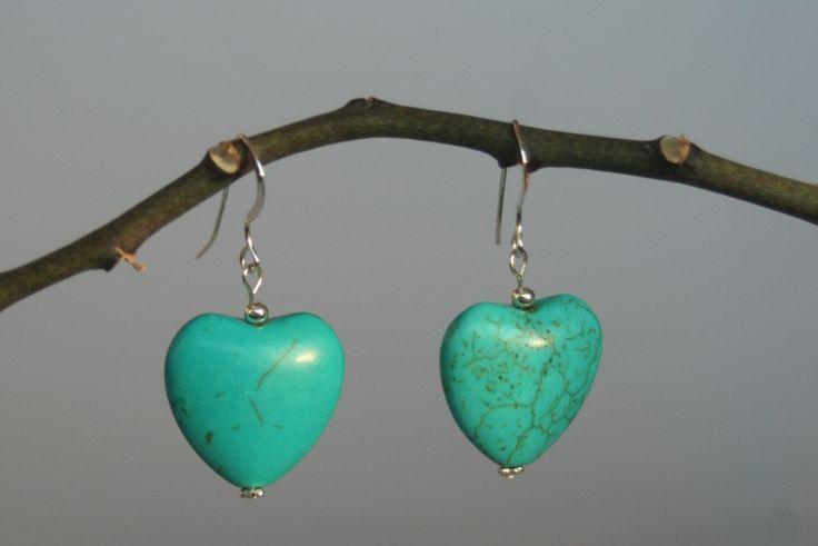 Leuke oorbellen gemaakt met turkooise hartjes.Er zjin 3 versies beschikbaar .De hartjes zijn 2 cm groot.1. korte uitvoering waarbij het hartje direct aan de oorhaak is bevestigd2. uitvoering 2: het hartje is bevestigd aan een sterling zilveren ketti -