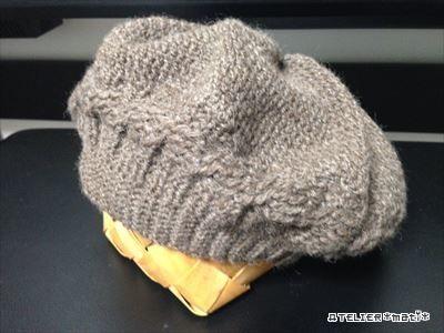 お待たせしました!今シーズン初の冬物の編み図…自分用に編んだなわ編みのベレー帽です。頭回りに1列だけなわ編み風の模様編みを入れてみました。それ以外は、細編み・中長編み・長編みと、基本の編み方だけで編めるので、比較的簡単だ