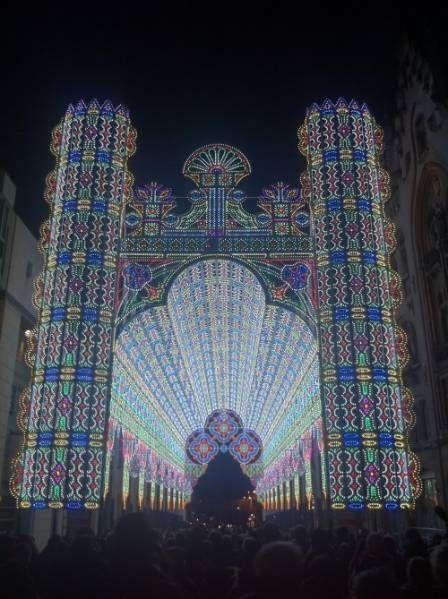 Удивительный собор Luminarie De Cagna был представлен на международном фестивале света