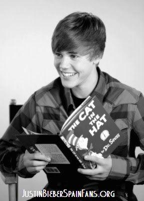 Justin Bieber  leyendo.  Club de fans español.