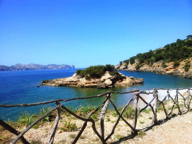 """Der grobe Kiesstrand auf der Halbinsel La Victòria verdankt seinen Namen einer kleinen vorgelagerten Insel (Insel = Illot auf katalanisch), die zugleich die Bucht in zwei halbmondförmige Bereiche teilt. Das """"Inselchen"""" lädt geradezu zu einer kleinen Entdeckungstour ein, allerdings sollte man hier unbedingt Badeschuhe tragen, um sich an den teilweise scharfen Felskanten nicht zu verletzen. …"""