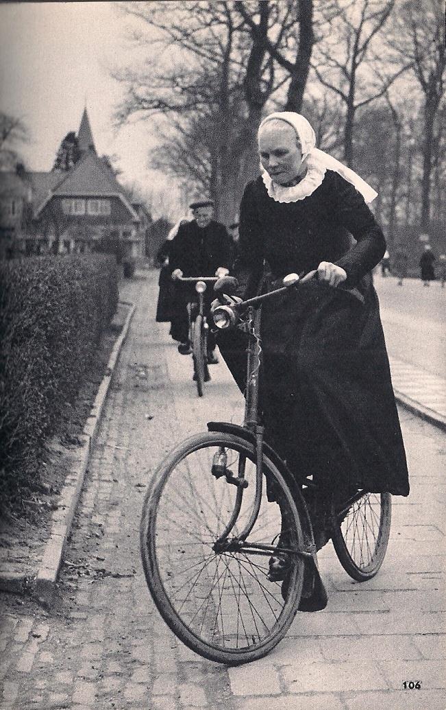 Uit het boekje 'Nederland' van Kees Scherer, uit 1960. p 106: Kerkgang te Hierden, aan de Veluwerand
