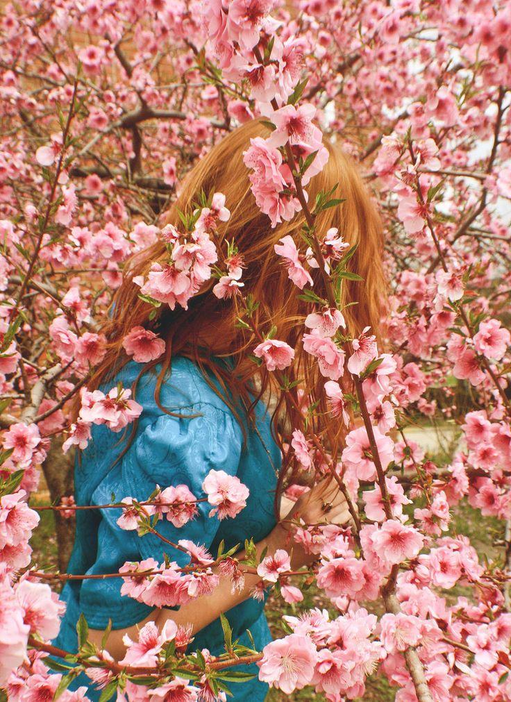 Todas as pessoas apreciam uma boa fragrância. Umas preferem as mais adocicadas, outras as mais cítricas, ou as florais...mas sempre procuramos aquele aroma agradável que sempre nos faz bem.E esse aroma agradável é o perfume de Cristo, e toda mulher que diz ser uma dama deve usá-lo. 2 Coríntios 2:14