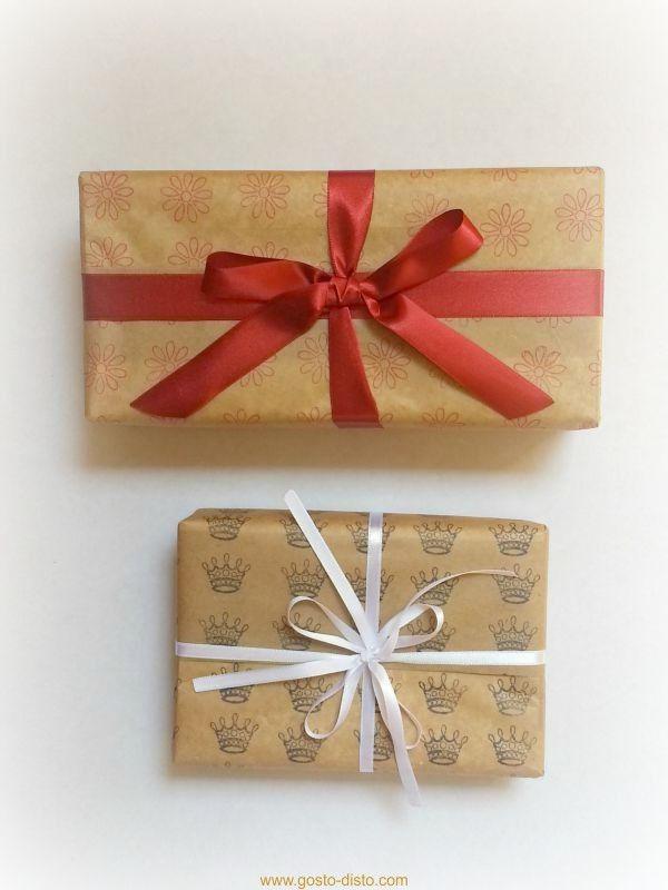 Embrulhos de presentes com papel customizado