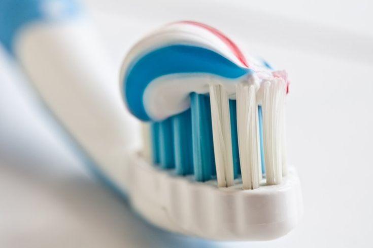 Оказывается, зубную пасту можно применять не только по ее прямому назначению. Если помазать зубной пастой место комариного укуса, то зуд и боль стихнут. Если потереть зубной пастой ногти на руках, то они станут блестящими. С помощью зубной пасты можно убрать неприятный запах с рук или других частей тела. А также - убрать запах из бутылочек. Зубную пасту можно применять для чистки одежды и ковров - она успешно удаляет пятна. С помощью пасты можно убрать пятна от фломастера и карандашей с…