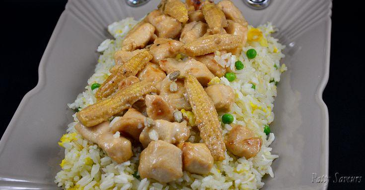 Riz sauté avec du poulet épicé à la Thaï, délicieux! Voici une recette délicieuse et versatile qui ne fait pas mal au porte-monnaie, vous pouvez la faire avec les légumes que vous avez sous la main, poivrons, chou, etc. Vous pouvez la faire à l'aigre-doux ou très relevée, avec du lait de coco, bref de mille façons. Si vous le pouvez, faites votre riz à l'avance, les grains se détacheront mieux et le riz ne deviendra pas pâteux avec la sauce.