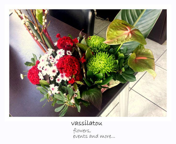 flower arrangemenent in basket www.vassilatou.gr
