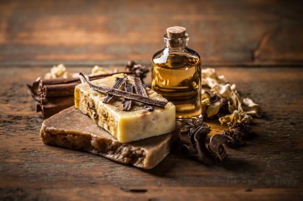 Cómo hacer jabón de vainilla. ¡Aprende a hacer tu propio jabón de vainilla artesano! Cada vez son más las personas que apuestan por una cosmética casera elaborada con productos naturales que cuiden y protejan nuestra piel sin nece...